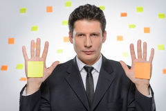 Elija la tarea. Retrato del hombre de negocios confiado que lleva a cabo su h Foto de archivo libre de regalías