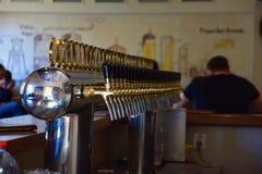 Elija una cerveza fotos de archivo