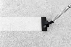 Eliminación de la suciedad de la alfombra suave con el aspirador imagenes de archivo