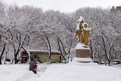 Eliminación de nieve después de la tormenta en New York City Imagen de archivo libre de regalías