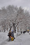 Eliminación de nieve después de la tormenta en New York City Imágenes de archivo libres de regalías