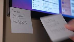 Eliminación de notas pegajosas con recordatorios de la contraseña de monitor almacen de metraje de vídeo