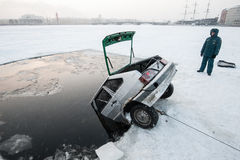 Eliminación del coche del hielo-agujero foto de archivo libre de regalías