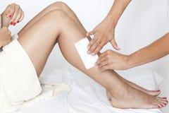 Eliminación del pelo de las piernas de los womanâs Fotos de archivo