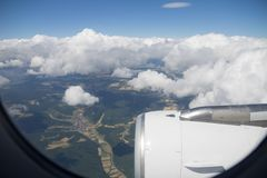 Eliminando in nuvola rivela i campi, la foresta ed il villaggio in Europa Fotografie Stock