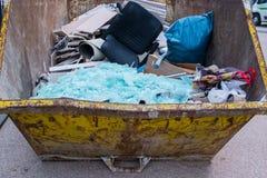 Eliminazione dei rifiuti in un contenitore fotografia stock