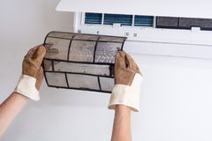 Eliminazione del filtro sporco dal condizionatore d'aria fotografia stock libera da diritti