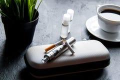 Eliminazione della sigaretta elettronica di tabagismo su fondo scuro fotografia stock libera da diritti