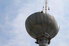 Eliminazione della torre di acqua arrugginita vecchia Immagini Stock