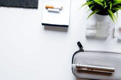 Eliminazione della vista superiore del fondo bianco elettronico della sigaretta di tabagismo immagine stock libera da diritti