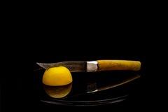 Elimine o limão amarelo pela faca fotografia de stock royalty free