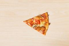 Elimine a pizza da fatia na madeira imagens de stock