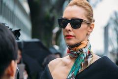Elina Halimi Ύφος οδών: Στις 29 Φεβρουαρίου - πτώση/χειμώνας εβδομάδας μόδας του Μιλάνου Στοκ Εικόνες