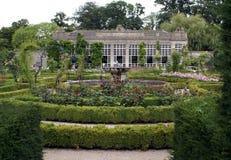Elisabetansk orangeri & springbrunn i en trädgård, Wiltshire, England Arkivfoto
