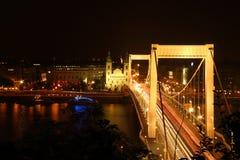 Elisabeth桥梁在晚上在布达佩斯 库存照片