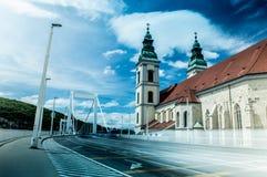 Elisabeth Bridge con una iglesia Foto de archivo libre de regalías