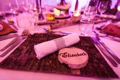 Elisabeth Wedding Name Tag på trätabellgarnering fotografering för bildbyråer