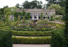 Elisabethanische Orangerie u. Brunnen in einem Garten, Wiltshire, England Stockfoto