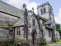 Elisabethanisches Schulhaus durch Gemeinde-Kirche St. Mary's in unterem Alderley Cheshire Lizenzfreie Stockfotos