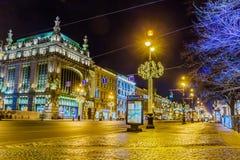 Eliseevsky在涅夫斯基为圣诞节照亮的Prospekt,圣彼德堡的商店和Akimov喜剧剧院大厦 库存图片