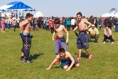 Elista Фестиваль тюльпана Национальные мальчики Kalmyk схватки Стоковое Изображение RF