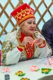 Elista Фестиваль тюльпана питчер людей керамики искусства Стоковое Изображение