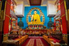ELISTA, KALMYKIA ROSJA, KWIECIEŃ, - 24, 2017: Buddyjskiej świątyni wnętrze Statua posadzony Buddha Obrazy Stock