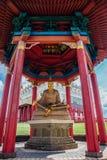 ELISTA, KALMYKIA ROSJA, KWIECIEŃ, - 24, 2017: Statua posadzony wielki Buddyjski nauczyciel monaster Nalanda w pagodzie Zdjęcia Royalty Free
