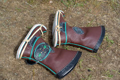 ELISTA, RÚSSIA As botas Kalmyk do Mongolian do ` s dos homens encontram-se na terra Fotos de Stock