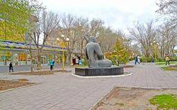 ELISTA, RÚSSIA O bulevar da rua de Lenin que negligencia um ` do eco do ` da escultura Calmúquia Foto de Stock