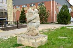ELISTA, RÚSSIA Uma escultura 'a luta Kalmyk 'sobre a construção da academia da luta fotos de stock royalty free