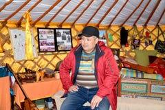 ELISTA, ROSJA Kalmyk samiec siedzi w Kalmyk plandeki furze Fotografia Royalty Free