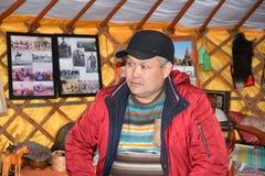 ELISTA, ROSJA Portret Kalmyk samiec przeciw tłu muzealna ekspozycja Mongolska koczownicza kultura Zdjęcie Royalty Free