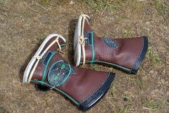 ELISTA, RUSIA Las botas mongoles kalmukas del ` s de los hombres mienten en la tierra Fotos de archivo