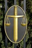 ELISTA, RUSSIA Simboli della giustizia - una spada e scale su una protezione Fotografia Stock