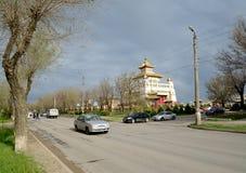 ELISTA, RUSSIE L'intersection de la rue de Lénine et du P Osipenko donnant sur le monastère d'or de ` de temple bouddhiste de Bou photographie stock libre de droits