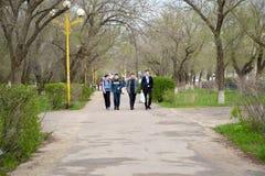 ELISTA, RUSSIE Le groupe d'adolescents - les aînés va le long du boulevard de la rue de Lénine La Kalmoukie Photos stock