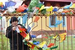 ELISTA, RUSSIE Les liens de femme colorent les étiquettes prayful bouddhistes à une clôture Centre bouddhiste de karma de Kagyu d photo libre de droits