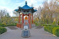 ELISTA, RUSSIE Un axe rotunda avec Bouddha Shakyamuni et un connexion mémorable la place photo libre de droits