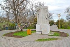 ELISTA, RUSSIE Un ` de sculpture le blanc a vieilli le ` d'homme en parc d'amitié La Kalmoukie Image stock