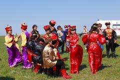 Elista Tulip Festival Conjunto del folclore de los artistas Imágenes de archivo libres de regalías