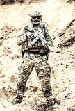 Elita wojownik jednostki specjalne przygotowywać dla bitwy obraz royalty free