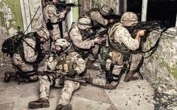 Elitanfalltrupp som håller försvar i stadskamp royaltyfri foto