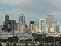 Elitch-Gärten und im Stadtzentrum gelegene Denver Colorado Skyline Lizenzfreie Stockfotos