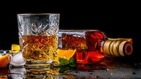 Elitedrank voor mannelijke ontspanning Twee glazen whisky, rum en ijs op zwarte achtergrond, exemplaarruimte de drank van de conc royalty-vrije stock foto