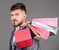 Elity butik Cieszy się robiący zakupy zyskowne transakcje czarny Piątek Robić zakupy z rabatem cieszy się zakup Mężczyzny brodaty fotografia stock