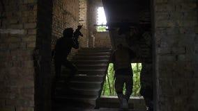 Elity oddział żołnierz piechoty morskiej wchodzić do nieprzyjacielskiego budynek zdjęcie wideo