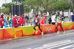 Eliud Kipchoge e Feyisa Lilesa em estações de auxílio da maratona fotos de stock