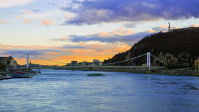 Elizabeth bro i Budapest, Ungern (solnedgången) Arkivfoton