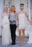 Elizabeth Fillmore e modella le passeggiate la pista durante la raccolta nuziale di alte mode di Elizabeth Fillmore Fall /Winter  Fotografie Stock
